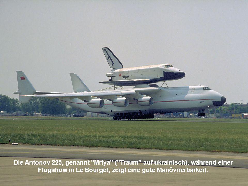 Die Antonov 225, genannt Mriya ( Traum auf ukrainisch), während einer Flugshow in Le Bourget, zeigt eine gute Manövrierbarkeit.