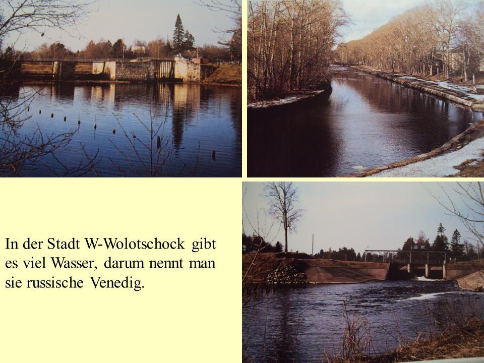 In der Stadt W-Wolotschock gibt es viel Wasser, darum nennt man sie russische Venedig.
