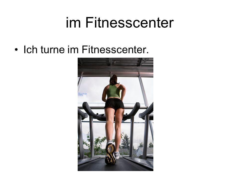 im Fitnesscenter Ich turne im Fitnesscenter.