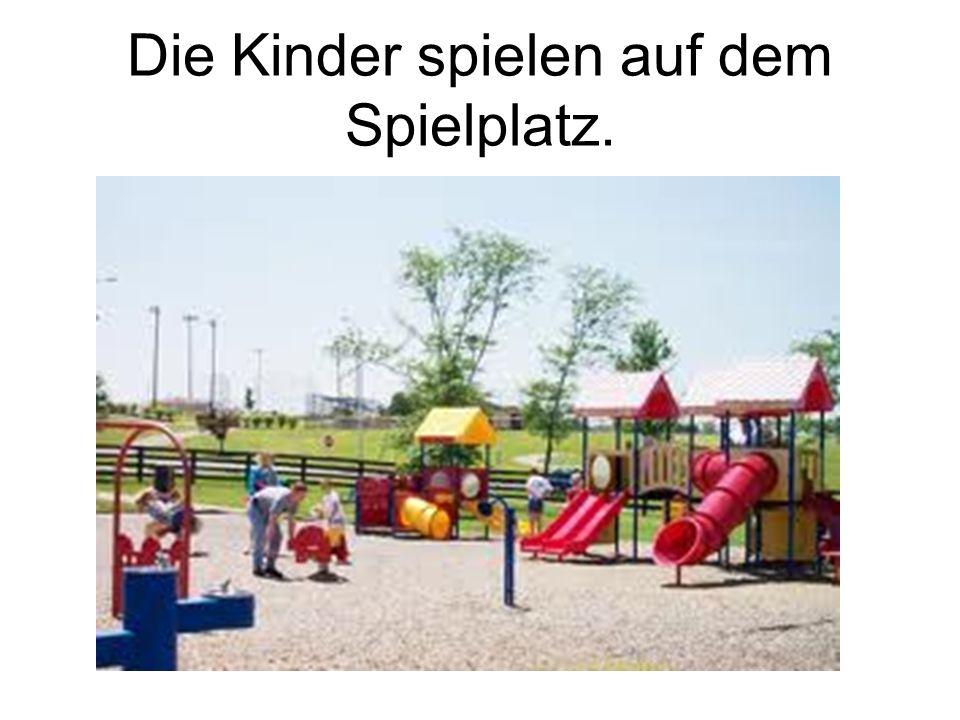 Die Kinder spielen auf dem Spielplatz.