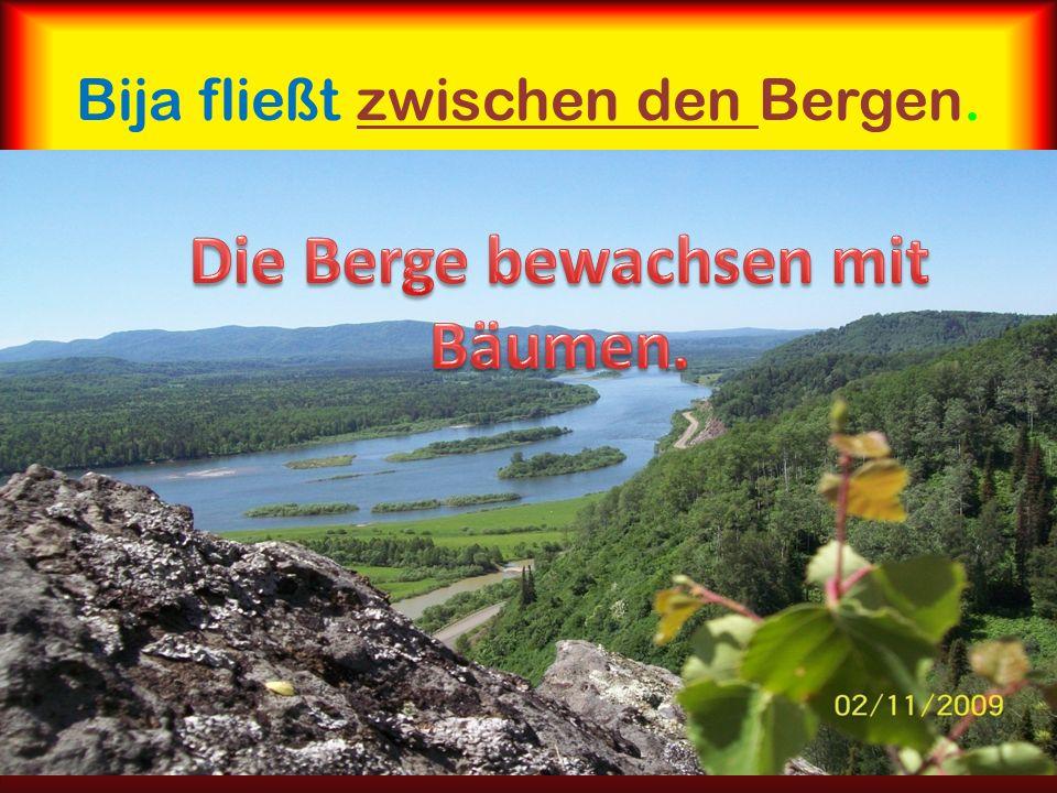 Bija fließt zwischen den Bergen.