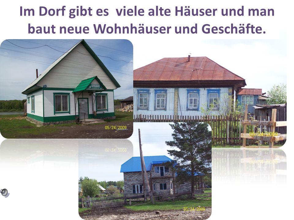 Im Dorf gibt es viele alte Häuser und man baut neue Wohnhäuser und Geschäfte.