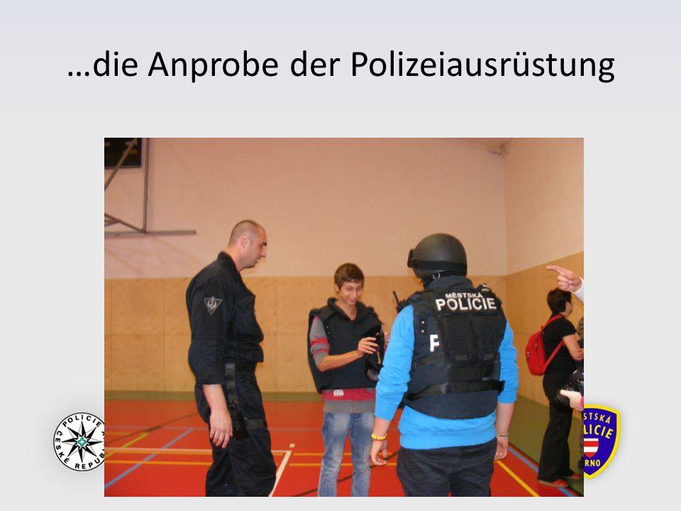 …die Anprobe der Polizeiausrüstung