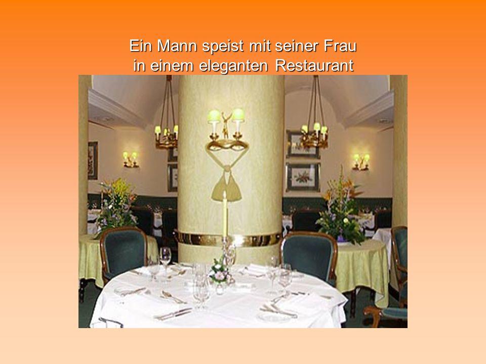 Ein Mann speist mit seiner Frau in einem eleganten Restaurant