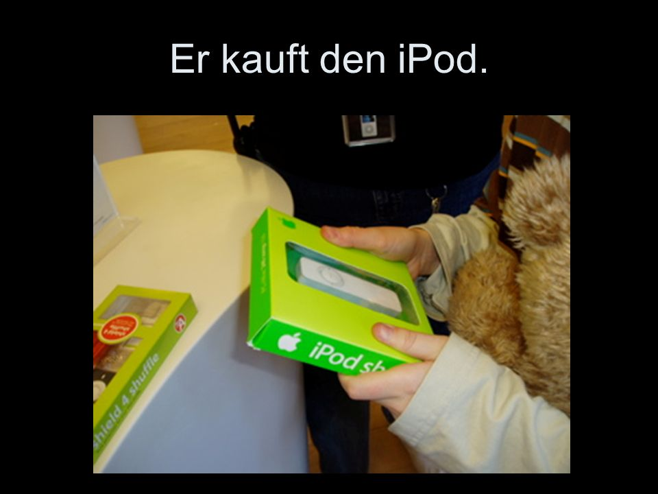 Er kauft den iPod.
