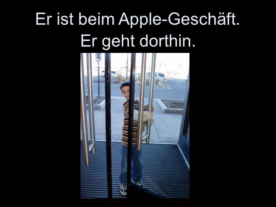 Er geht dorthin. Er ist beim Apple-Geschäft.