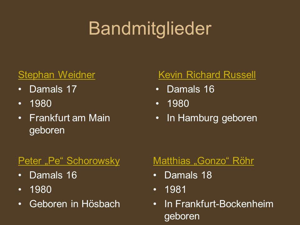 """Bandmitglieder Stephan Weidner Damals 17 1980 Frankfurt am Main geboren Kevin Richard Russell Damals 16 1980 In Hamburg geboren Peter """"Pe Schorowsky Damals 16 1980 Geboren in Hösbach Matthias """"Gonzo Röhr Damals 18 1981 In Frankfurt-Bockenheim geboren"""