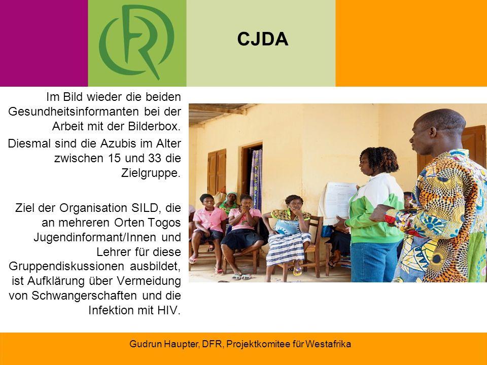 CJDA Im Bild wieder die beiden Gesundheitsinformanten bei der Arbeit mit der Bilderbox.