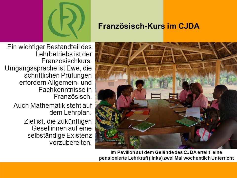 Im Pavillon auf dem Gelände des CJDA erteilt eine pensionierte Lehrkraft (links) zwei Mal wöchentlich Unterricht Ein wichtiger Bestandteil des Lehrbetriebs ist der Französischkurs.
