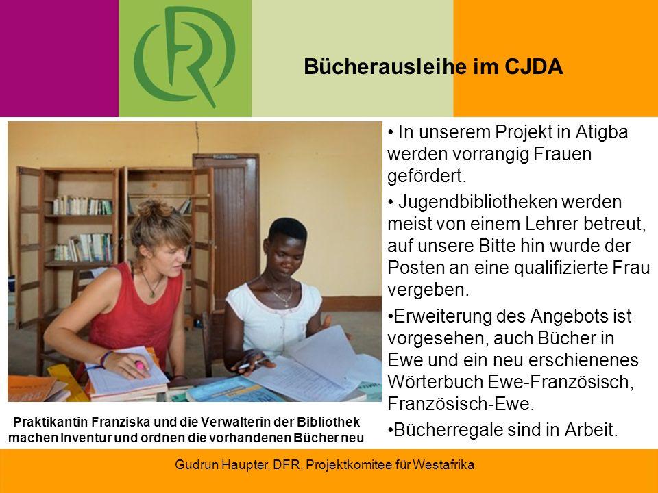 Praktikantin Franziska und die Verwalterin der Bibliothek machen Inventur und ordnen die vorhandenen Bücher neu In unserem Projekt in Atigba werden vorrangig Frauen gefördert.