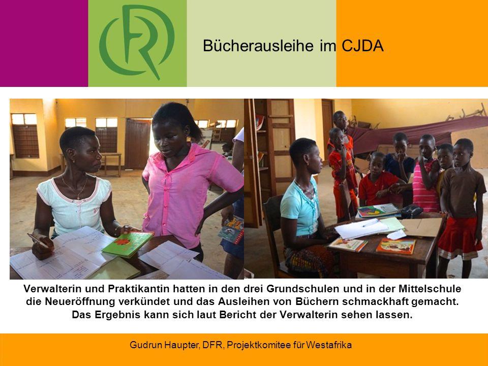 Gudrun Haupter, DFR, Projektkomitee für Westafrika Verwalterin und Praktikantin hatten in den drei Grundschulen und in der Mittelschule die Neueröffnung verkündet und das Ausleihen von Büchern schmackhaft gemacht.