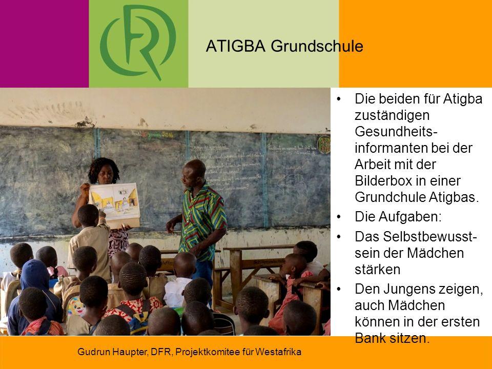 ATIGBA Grundschule Gudrun Haupter, DFR, Projektkomitee für Westafrika Die beiden für Atigba zuständigen Gesundheits- informanten bei der Arbeit mit der Bilderbox in einer Grundchule Atigbas.