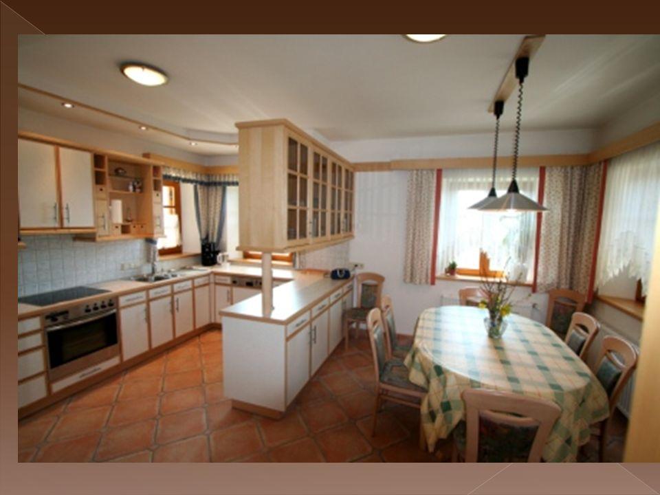 Im Kochbereich finden sie alle Standards die sie von einer modernen Küche erwarten dürfen: Einen Herd mit vier Kochplatten und einem Backofen, einen Kühlschrank mit Tiefkühler, eine Mikrowelle, einen Geschirrspüler, ein Waschbecken mit Müllschlucker, einen Mixer, einen Wasserkocher, einen Toaster und einen Eierkocher.