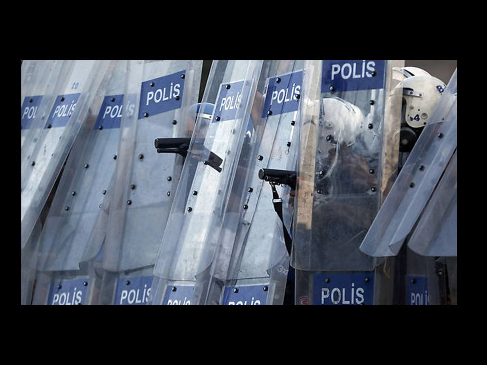 Die Polizei feuert Gummigeschosse auf die Menge am Taksim-Platz