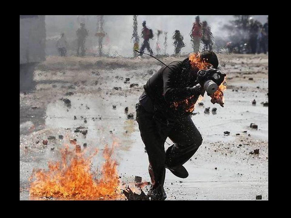 """Trotz des rabiaten Umgangs der Polizei mit den Demonstranten (bislang gab es schätzungsweise 5000 zum Teil schwer Verletzte sowie mindestens vier Tote) lässt sich Ayse nicht vom täglichen Besuch des """"Wandalen -Camps im Park und des vollplakatierten Atatürk-Kultur-Centers abschrecken."""