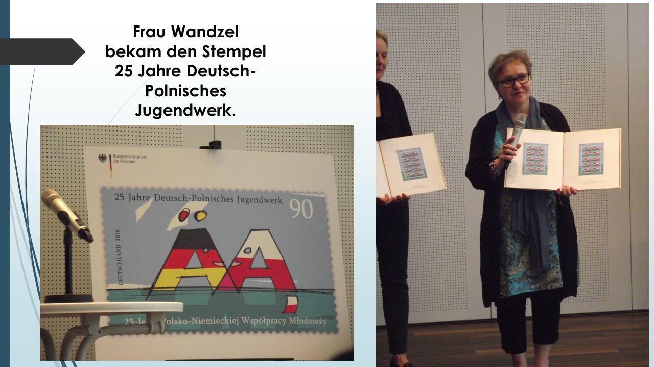 Frau Wandzel bekam den Stempel 25 Jahre Deutsch- Polnisches Jugendwerk.