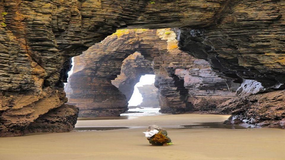 Die Kathedralen Beach liegt an der Küste der Provinz Lugo -Galizien Nordspanien. Sie wurde für die Gruppe von Felsen so benannt, davon sind einige meh