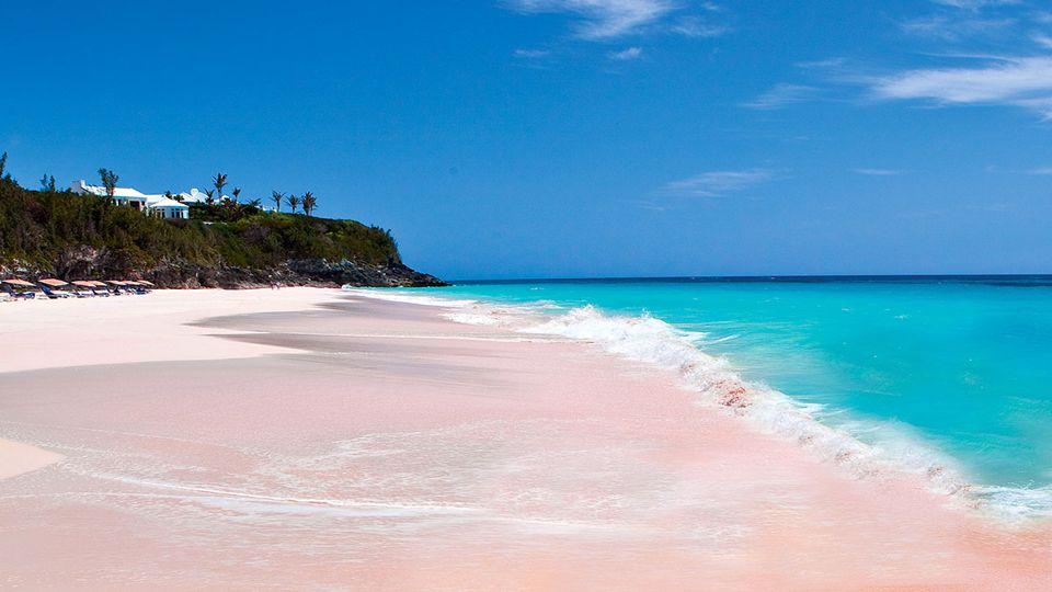 An der Ostküste der kleinen Insel Harbor in den Bahamas, einem sehr schönen Strand, gekennzeichnet durch ihre besondere Farbbereiche.