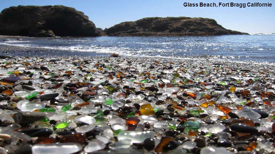 Glass Beach ist ein Strand im Mac Kerricher State Park in der Nähe von Fort Bragg -Kalifornien.Vor vielen Jahren,warfen die Menschen den Müll in einem nördlichen Küstengebiet der Stadt in das Meer.