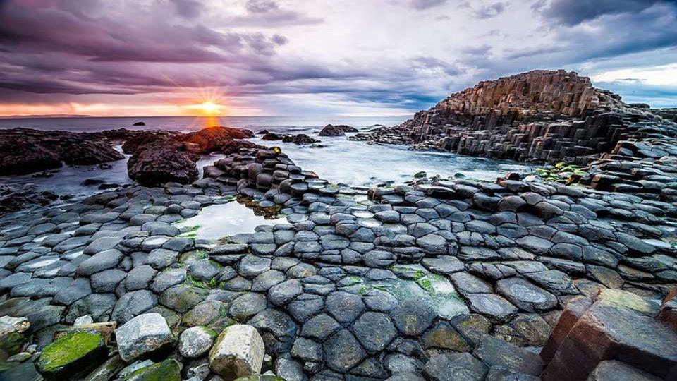 . Die Damm des Riesen wurde vor 50 bis 60.000.000 Jahren gebildet, als basaltische Lava an der Oberfläche mit knistern und Säulenbildung abkühlte.