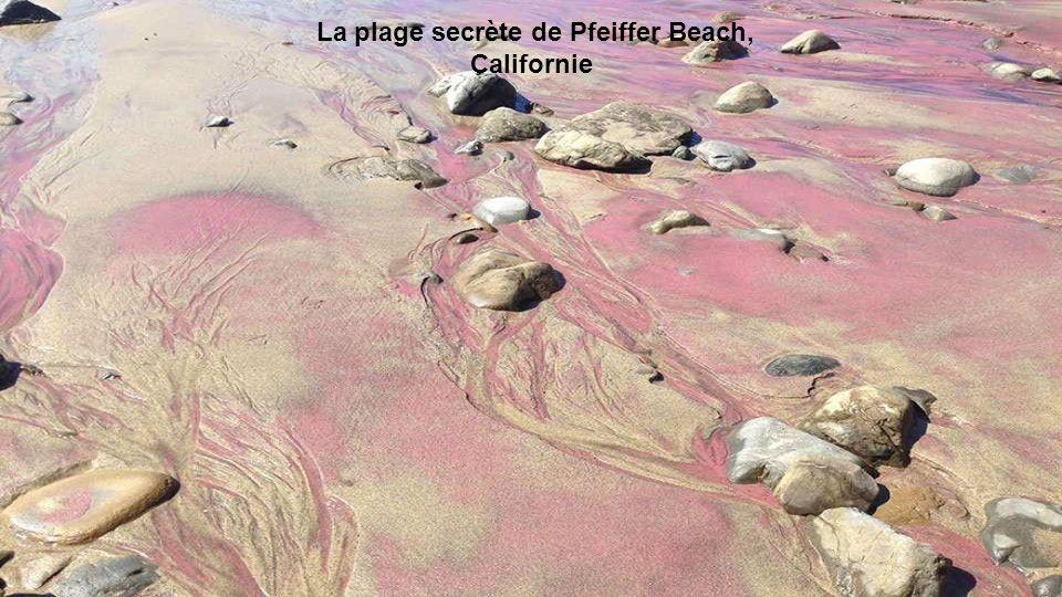 Dieser Strand hat lila Sand mit Partikeln von Mangan. Sie stammen aus den Gezeiten.