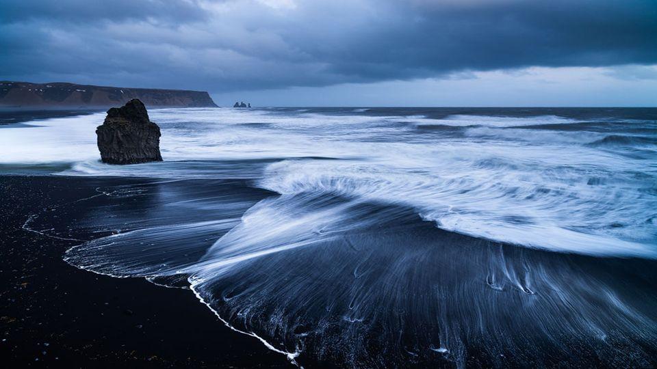 Island ist ein Land mit einer bedeutenden vulkanischen Aktivität, die sich in zahlreichen schwarzen zeigt.