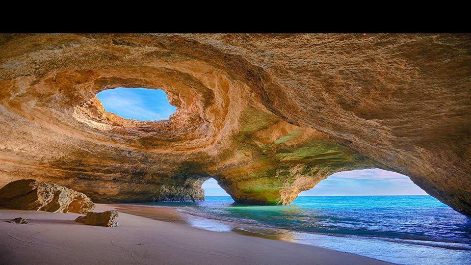 Die Algarve-Küste besteht aus Kalkstein, die leicht erodiert wird und atemberaubenden Meereshöhlen bildet.