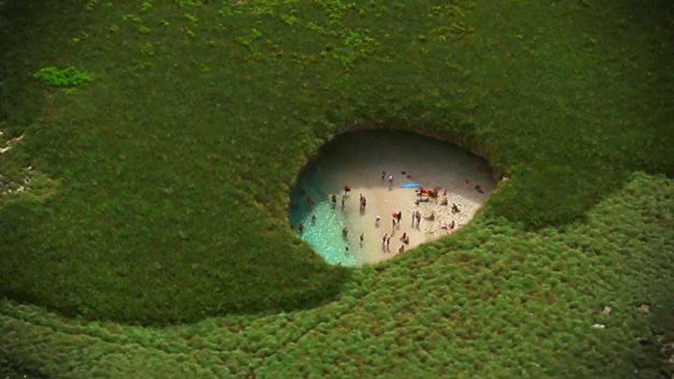 Dieser erstaunliche Strand mit dem offenen Krater wurde geschaffen durch die Explosion einer Bombe während der militärischen Studien des letzten Jahrhunderts zufällig geschaffen.