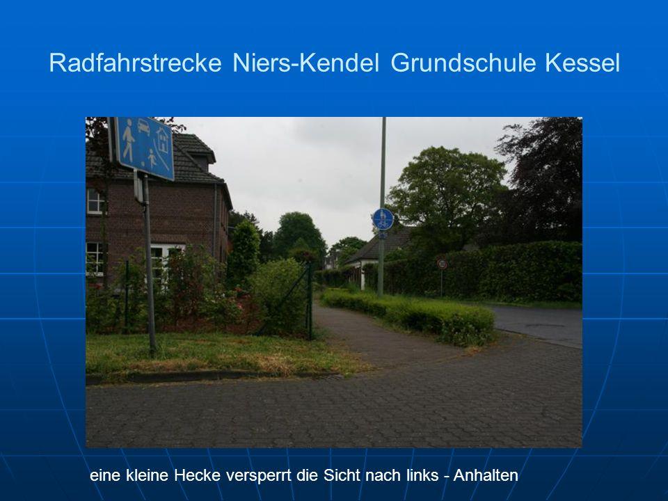 Radfahrstrecke Niers-Kendel Grundschule Kessel eine kleine Hecke versperrt die Sicht nach links - Anhalten