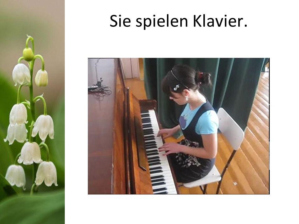 Sie spielen Klavier.