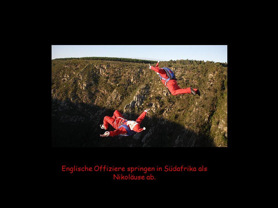 Englische Offiziere springen in Südafrika als Nikoläuse ab.