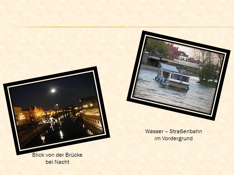 Blick von der Brücke bei Nacht Wasser – Straßenbahn im Vordergrund