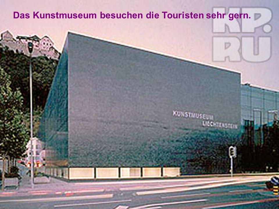 Das Kunstmuseum besuchen die Touristen sehr gern.