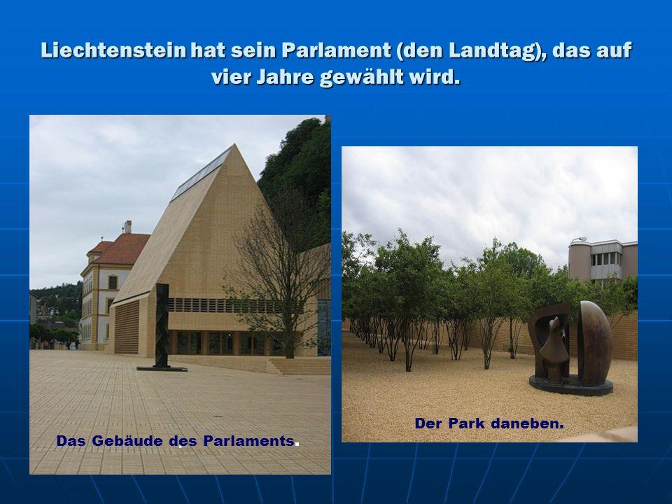 Liechtenstein hat sein Parlament (den Landtag), das auf vier Jahre gewählt wird.. Das Gebäude des Parlaments. Der Park daneben.
