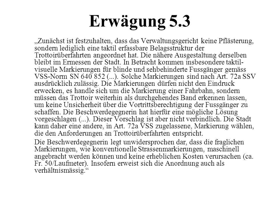 """Erwägung 5.3 """"Zunächst ist festzuhalten, dass das Verwaltungsgericht keine Pflästerung, sondern lediglich eine taktil erfassbare Belagsstruktur der Tr"""