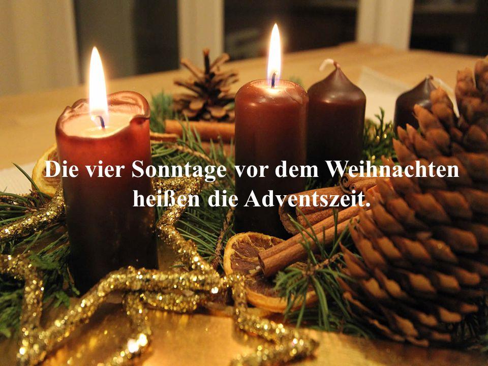 Die Menschen schlaffen einen Weihnachtskranz, der aus den Tannenzweigen besteht, und stecken im Kranz vier Kerzen.