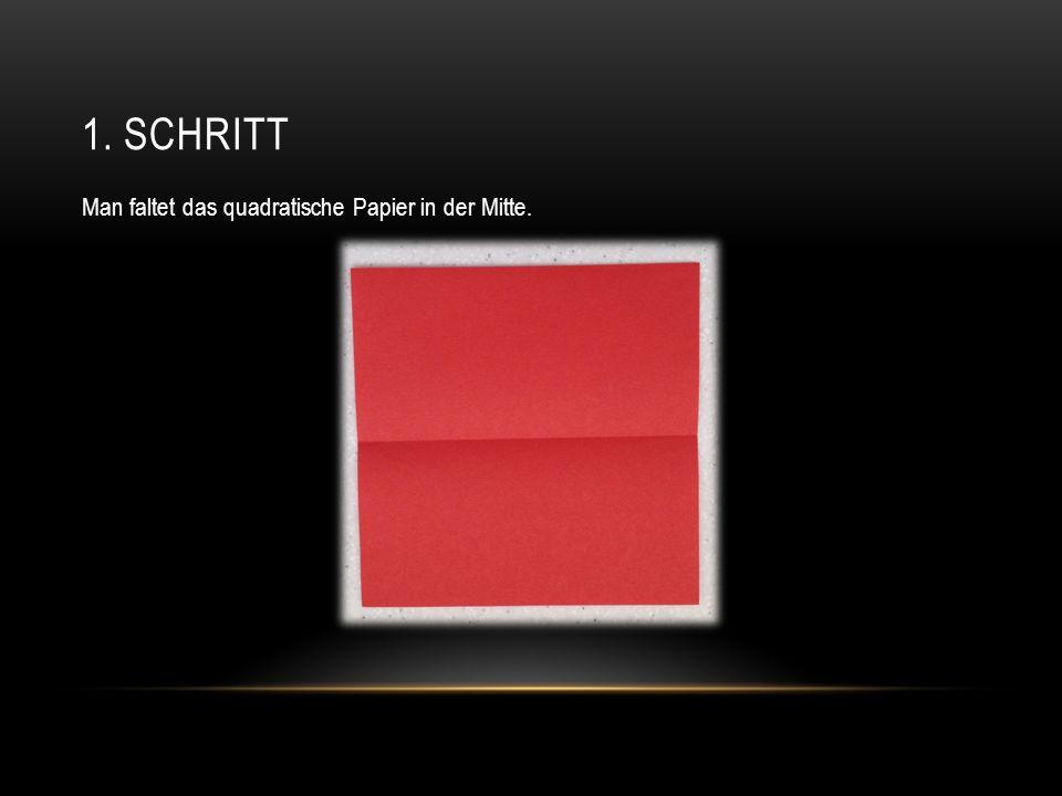 1. SCHRITT Man faltet das quadratische Papier in der Mitte.