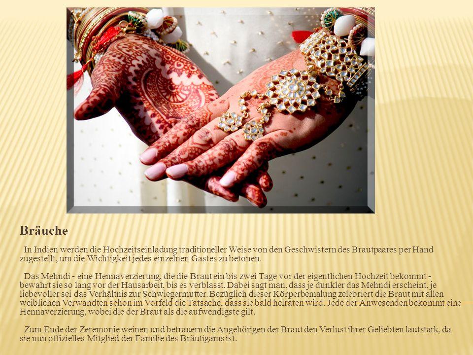 Bräuche In Indien werden die Hochzeitseinladung traditioneller Weise von den Geschwistern des Brautpaares per Hand zugestellt, um die Wichtigkeit jedes einzelnen Gastes zu betonen.