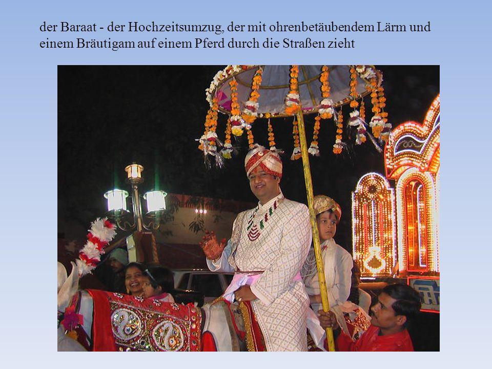 der Baraat - der Hochzeitsumzug, der mit ohrenbetäubendem Lärm und einem Bräutigam auf einem Pferd durch die Straßen zieht