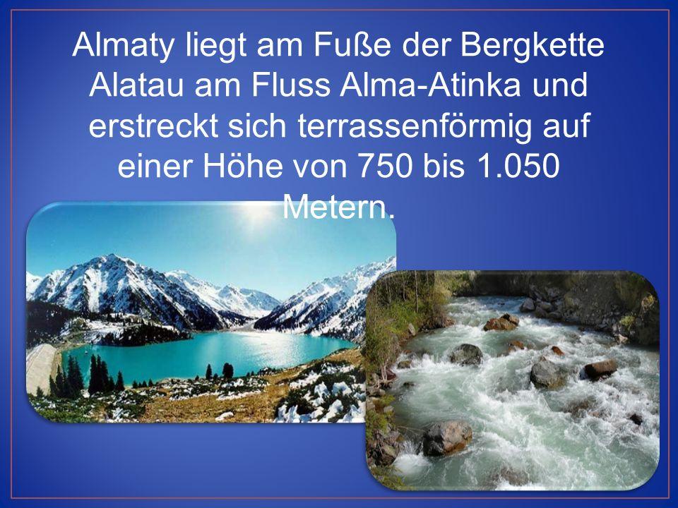 Almaty liegt am Fuße der Bergkette Alatau am Fluss Alma-Atinka und erstreckt sich terrassenförmig auf einer Höhe von 750 bis 1.050 Metern.