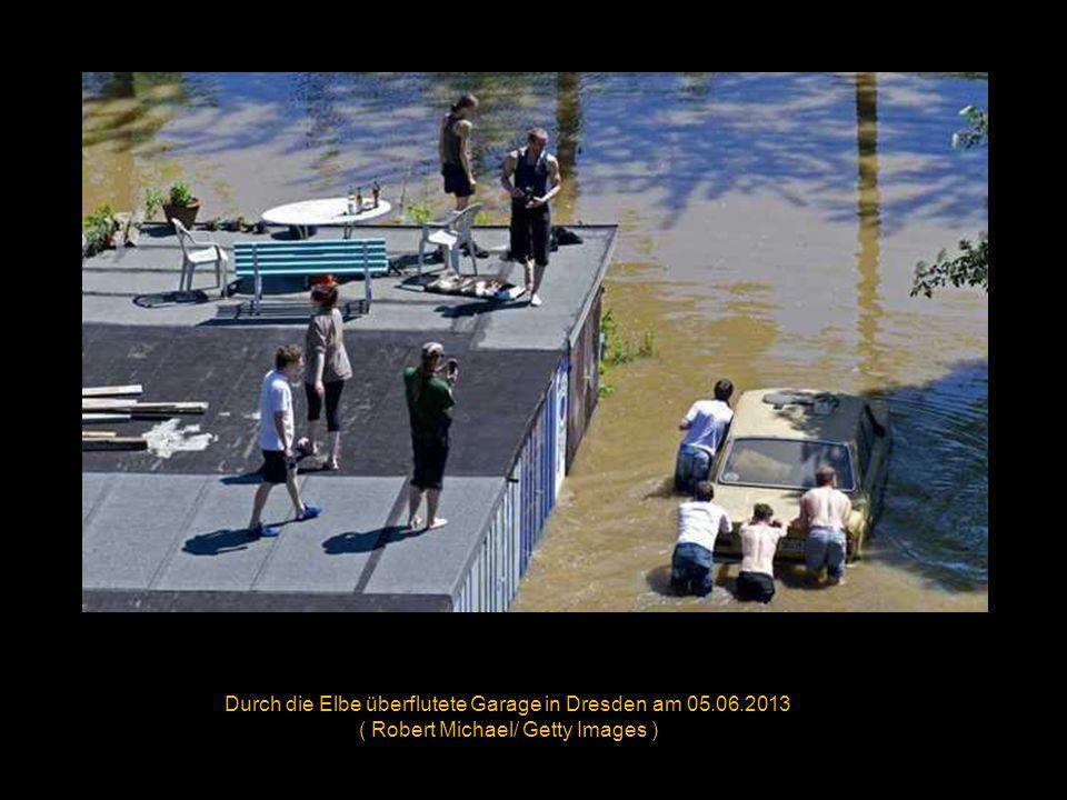 Überflutete Straßen in Deggendorf am 05.06.2013 nachdem die Donau über die Ufer getreten ist.