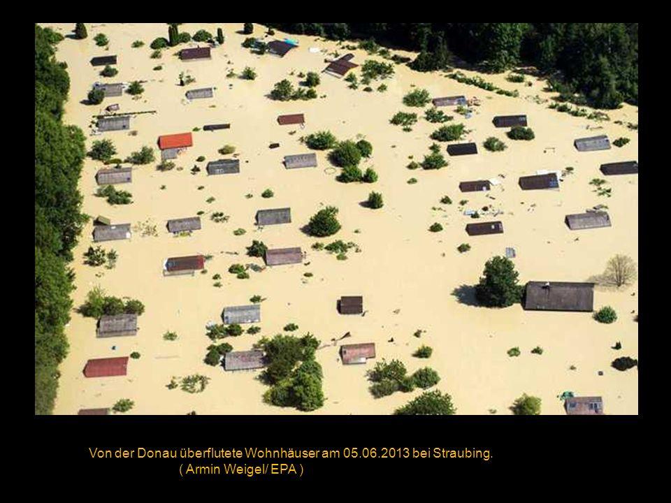 Die Kanzlerin verschafft sich am 04.06.2013 mittels eines Hubschraubers einen Überblick über die Überschwemmungen in Dresden und Pirna.