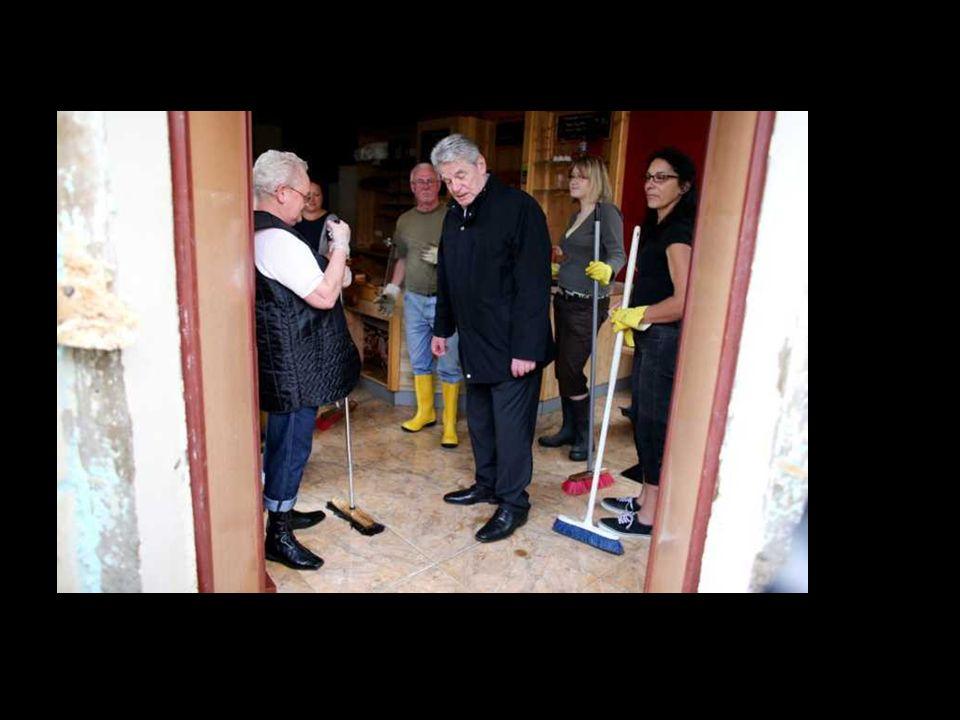 Bundespräsident Gauck informiert sich über die Lage in den Hochwassergebieten.