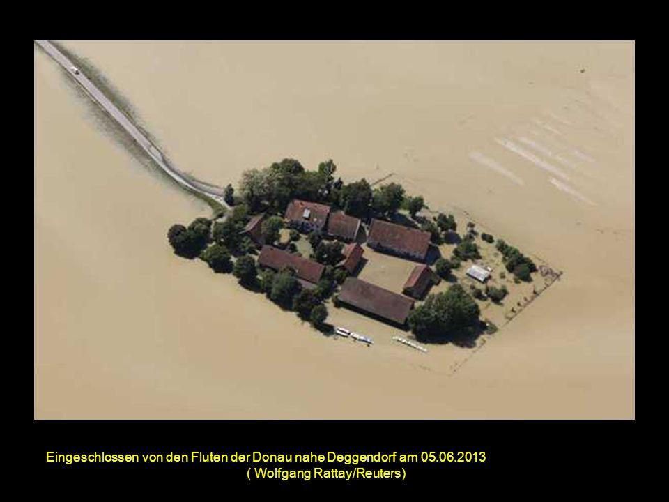 LKWs auf der überfluteten Autobahn A 3 nahe Deggendorf 03.06.2013 (Wolfgang Rattay/Reuters)