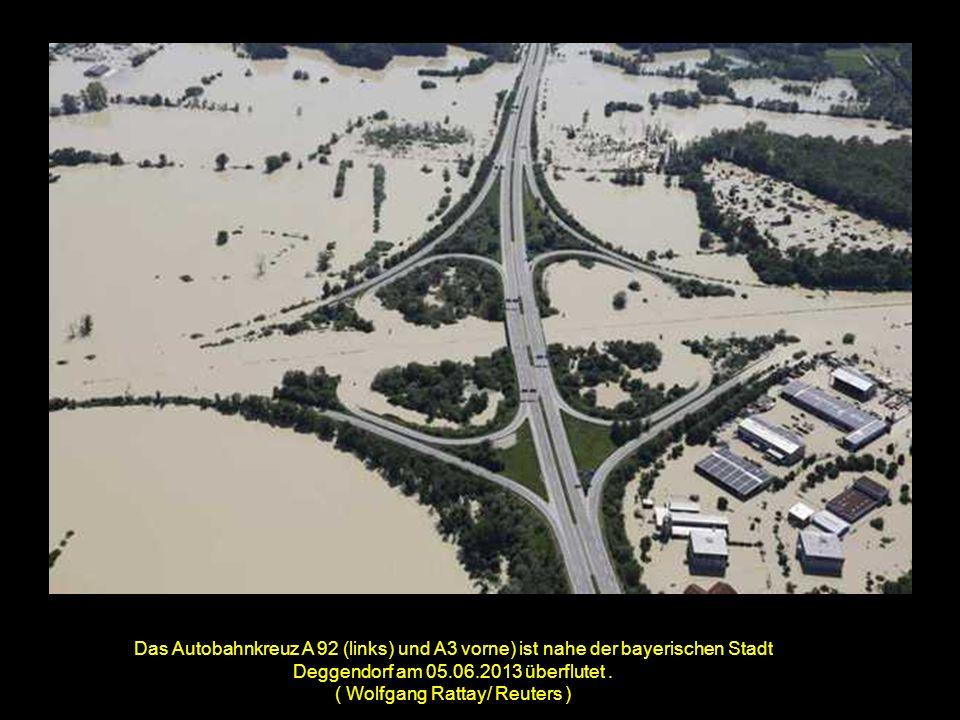 Das Autobahnkreuz A 92 (links) und A3 vorne) ist nahe der bayerischen Stadt Deggendorf am 05.06.2013 überflutet.