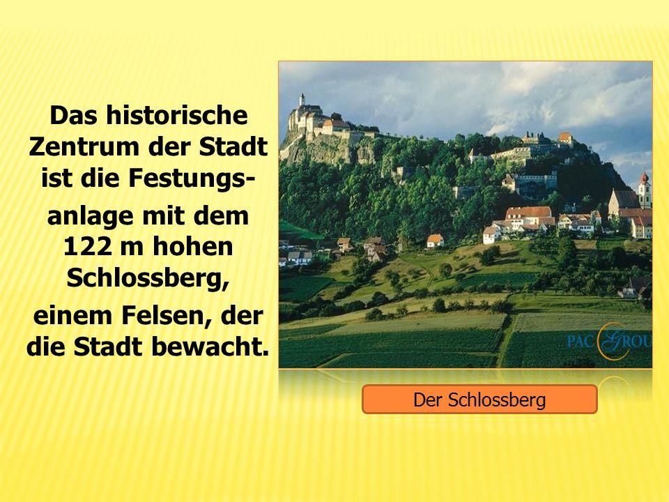 Das historische Zentrum der Stadt ist die Festungs- anlage mit dem 122 m hohen Schlossberg, einem Felsen, der die Stadt bewacht. Der Schlossberg