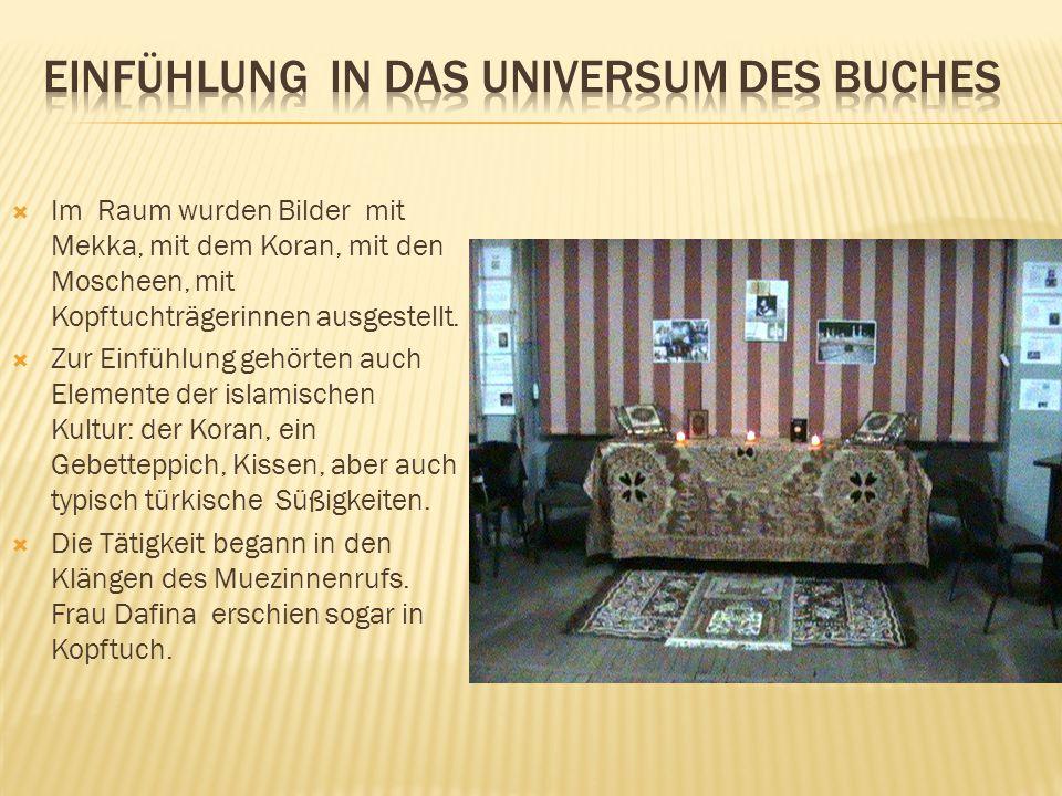  Im Raum wurden Bilder mit Mekka, mit dem Koran, mit den Moscheen, mit Kopftuchträgerinnen ausgestellt.  Zur Einfühlung gehörten auch Elemente der i