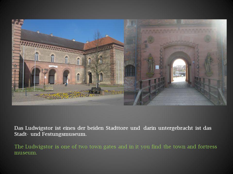 Das Ludwigstor ist eines der beiden Stadttore und darin untergebracht ist das Stadt- und Festungsmuseum. The Ludwigstor is one of two town gates and i