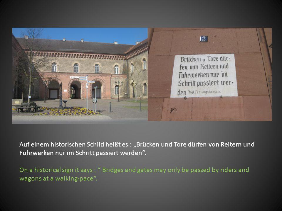 """Auf einem historischen Schild heißt es : """"Brücken und Tore dürfen von Reitern und Fuhrwerken nur im Schritt passiert werden"""". On a historical sign it"""