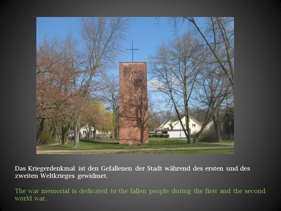 Das Kriegerdenkmal ist den Gefallenen der Stadt während des ersten und des zweiten Weltkrieges gewidmet. The war memorial is dedicated to the fallen p